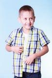 O rapaz pequeno veste acima a roupa nova da tentativa fotografia de stock