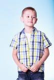 O rapaz pequeno veste acima a roupa nova da tentativa imagem de stock