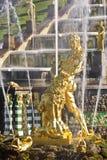 O rasgo de Samson da fonte abre as maxilas de um leão Fotografia de Stock