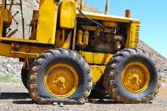 O raspador e o pneu liso Fotografia de Stock
