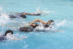 O rastejamento dianteiro do menino asiático nada na piscina Fotos de Stock Royalty Free