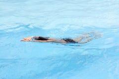 O rastejamento dianteiro do menino saudável nada na piscina Imagem de Stock Royalty Free
