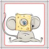 O rato pequeno olha a parte grande de queijo Fotografia de Stock