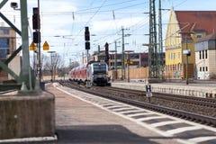 O RE trem expresso regional de Deutsche Bahn passa o fuerth do estação de caminhos-de-ferro em Alemanha Fotografia de Stock