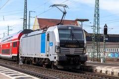 O RE trem expresso regional de Deutsche Bahn passa o fuerth do estação de caminhos-de-ferro em Alemanha Imagens de Stock