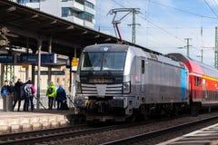 O RE trem expresso regional de Deutsche Bahn passa o fuerth do estação de caminhos-de-ferro em Alemanha Imagens de Stock Royalty Free