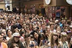 O rebanho dos fãs a 2015 protagoniza na aleia Fotos de Stock