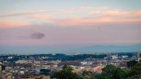 O rebanho e o helicóptero do estorninho que perseguem os em Roma, zumbem dentro video estoque