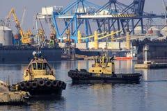 O rebocador est? no cais no porto mar?timo fotos de stock royalty free