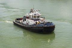 O rebocador Los Santos Panama Canal Authority perto de Gatun trava o canal do Panamá imagem de stock royalty free