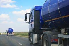 O reboque com o tanque vai Fotografia de Stock Royalty Free