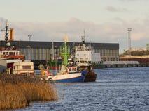 O reboque da caravana estacionou no porto, perto do barco de pesca Fotografia de Stock