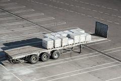 O reboque da carga está no estacionamento do terminal imagem de stock
