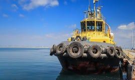 O reboque está no cais no porto marítimo fotos de stock