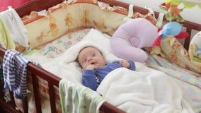 O recém-nascido está acordado na ucha vídeos de arquivo
