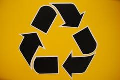 o recicl preto assina dentro o amarelo Fotografia de Stock