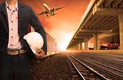 O recipiente da indústria treina no avião de carga da trilha de estradas de ferro que voa w imagens de stock royalty free