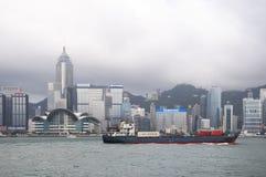 O recipiente envia velas através de Victoria Harbour, Hong Kong Fotografia de Stock