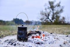 O recipiente nos carvões para fazer o chá durante a viagem foto de stock royalty free