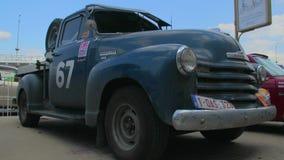 O recolhimento de Chevrolet avançou o projeto 1947, modelo retro do carro do vintage vídeos de arquivo
