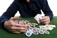 O recolhimento de vencimento do cartão do pôquer uma pilha das microplaquetas Foto de Stock Royalty Free