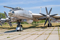 O reconhecimento marítimo do Tupolev Tu-142 e os aviões da guerra do antissubmarino na exposição em Zhuliany indicam o museu da a Fotos de Stock Royalty Free