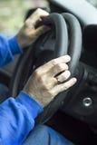 O recruta concorda a folha de prova no volante do carro Imagem de Stock