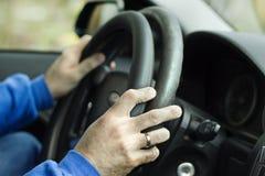 O recruta concorda a folha de prova no volante do carro Foto de Stock