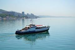 O recurso da cidade de Sochi, Rússia Viagem do barco no navio foto de stock royalty free