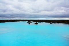 O recurso geotérmica do banho da lagoa azul em Islândia A lagoa azul famosa perto de Reykjavik, Islândia foto de stock