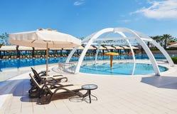 O recurso popular Amara Dolce Vita Luxury Hotel Com associações e parques da água e área recreacional ao longo da costa de mar Fotografia de Stock Royalty Free