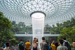 O redemoinho gigante da chuva de HSBC da queda da ?gua e a natureza verde bonita Shiseido Forest Valley no aeroporto de Changi da fotografia de stock royalty free