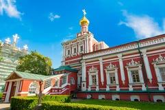 O refeitório com a igreja do Dormition no convento de Novodevichy, igualmente conhecida como o monastério de Bogoroditse-Smolensk Imagens de Stock Royalty Free