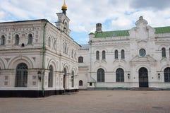 O refeitório e a construção metropolitana em Kiev-Pechersk Lavra Foto de Stock Royalty Free