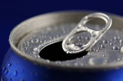O refresco de alumínio aberto pode com gotas da água Fotografia de Stock Royalty Free