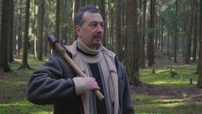 O registador anda com um machado nas madeiras e escolhe árvores filme