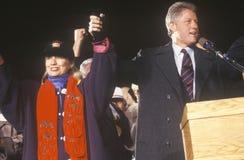 O regulador Bill Clinton e a esposa Hillary em uma campanha de New mexico reagrupam em 1992 em seu dia final da campanha, Albuque Imagens de Stock Royalty Free