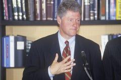 O regulador Bill Clinton e senador Al Gore guarda uma conferência da imprensa sobre a excursão da campanha do buscapade de 1992 e imagens de stock