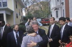 O regulador Bill Clinton para para uma mostra da sustentação na maneira à mansão dos reguladores Nov 3 de 1992 em Little Rock, Ar fotos de stock