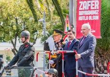 O regulador Vasip Sahin de Istambul sauda a parada militar turca fotografia de stock