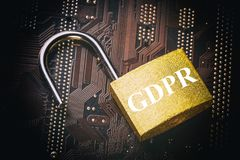 O regulamento geral GDPR da proteção de dados - padlock no cartão-matriz e no teclado do computador Segurança da informação da pr imagem de stock