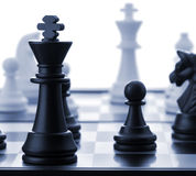 O rei preto da xadrez. Azul tonificado Imagem de Stock