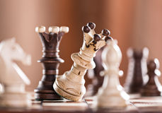 O rei preto da xadrez deixa de funcionar o rei branco da xadrez Fotografia de Stock Royalty Free