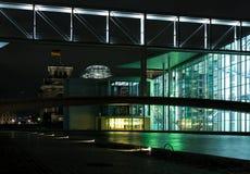 O Reichstag na noite. Berlim. imagens de stock royalty free