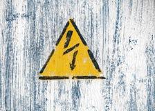 O relâmpago de alta tensão assina dentro um triângulo amarelo em uma parede pintada fotos de stock