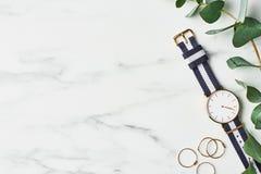 O relógio das mulheres com a correia de nylon do azul marinho e a branca imagens de stock