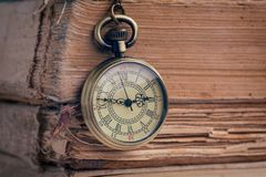 O relógio de bolso e os livros velhos Foto de Stock