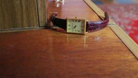 O relógio de pulso e as alianças de casamento dos homens vídeos de arquivo