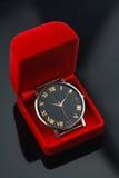 O relógio do vintage na caixa vermelha, presente ajustou-se para alguém no dia do aniversário Foto de Stock Royalty Free