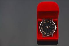 O relógio do vintage na caixa vermelha, presente ajustou-se para alguém no dia do aniversário Fotos de Stock Royalty Free